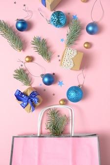 Pacchetto con diverse decorazioni natalizie su rosa
