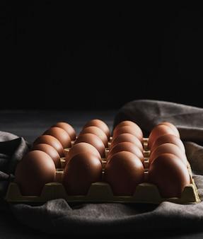 Pacchetto dell'uovo del primo piano con copyspace