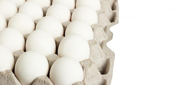 Pacchetto delle uova bianche isolato su bianco