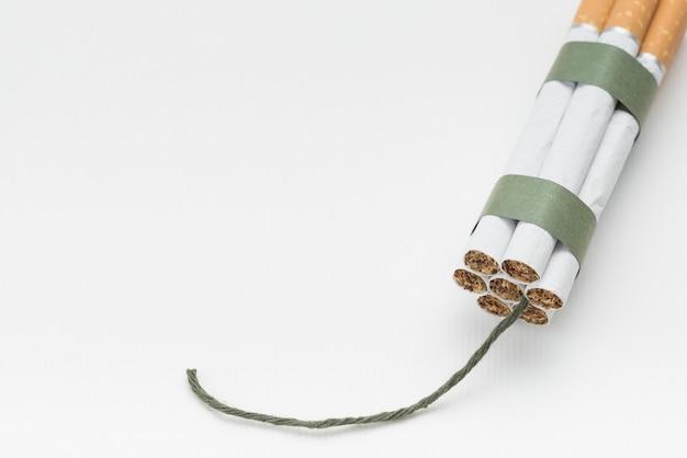 Pacchetto di sigarette con stoppino su sfondo bianco