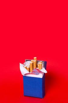 Pacchetto di sigarette su sfondo rosso