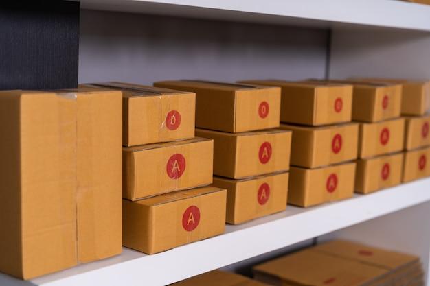 Pacchi sullo scaffale pronto per la spedizione al cliente in ufficio a casa