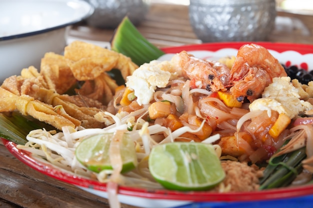 Pad thai con gamberetti. cibo popolare tailandese, cibo tailandese originale con wontons fritti