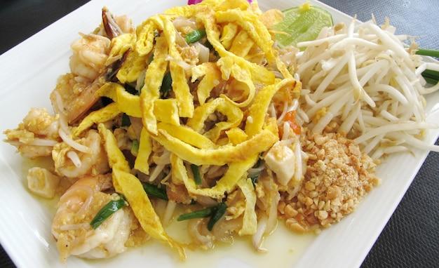 Pad thai e gamberetti, cibo tailandese