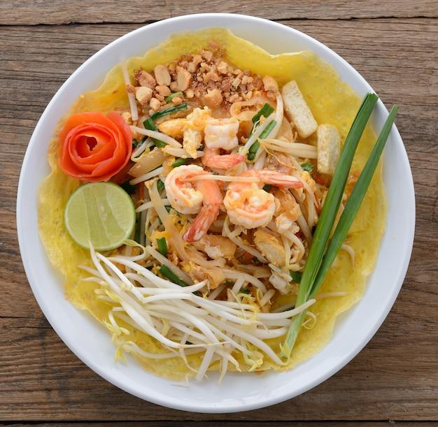 Pad thai. tagliatelle alla thailandese