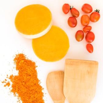 Paddle vicino a pomodori, pepe e frutta arancione