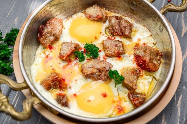 Padella ricca colazione fatta in casa con uova e pancetta