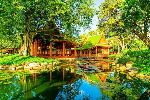 Padiglione in stile thailandese con lago e albero in giardino