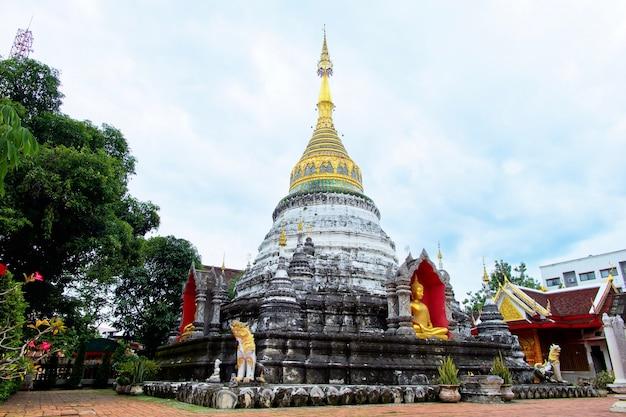 Padoda al tempio di buppharam a chiangmai, tailandia.