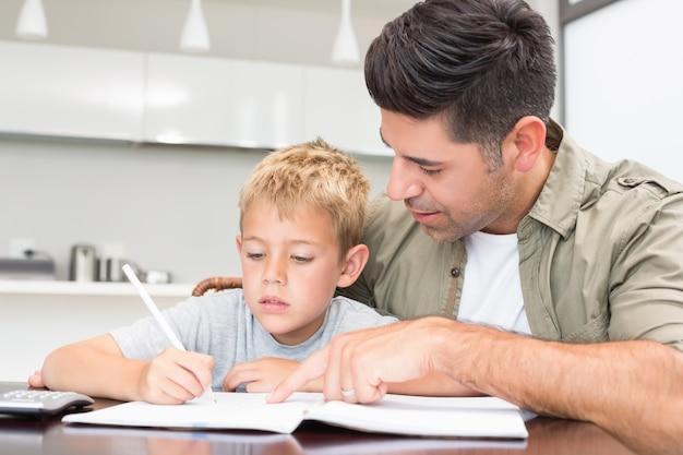 Padre aiutando il figlio con i suoi compiti di matematica