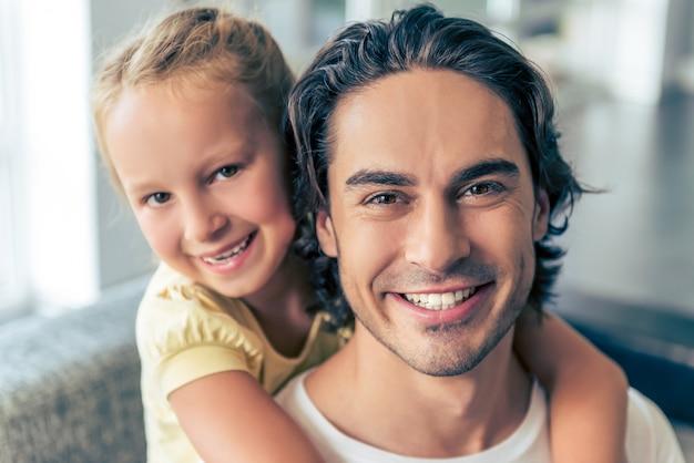 Padre bello e suo abbracciare sveglio della piccola figlia.