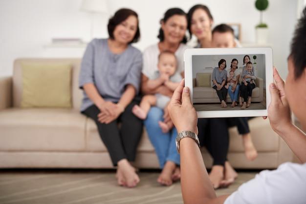 Padre che cattura foto della famiglia