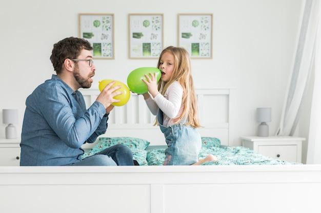 Padre che celebra la festa del papà con sua figlia