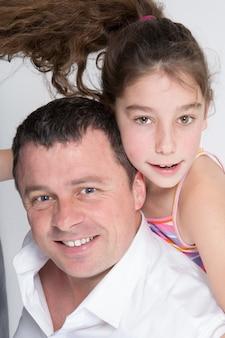 Padre che dà a sua figlia un giro sulle spalle