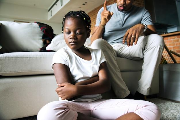 Padre che disciplina sua figlia