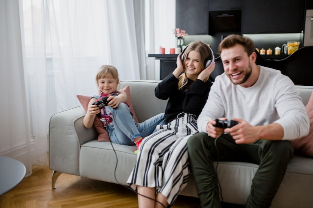Padre che gioca ai videogiochi con la figlia