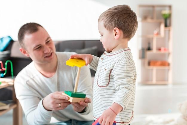 Padre che gioca con il bambino a casa
