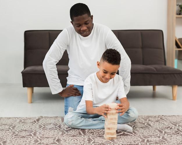 Padre che gioca con suo figlio un gioco