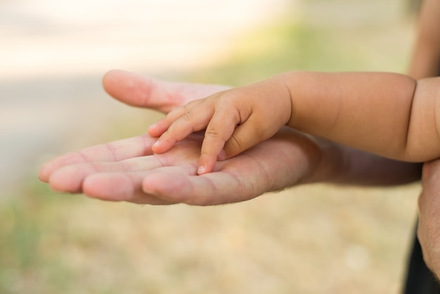 Padre che tiene la mano di sua figlia.