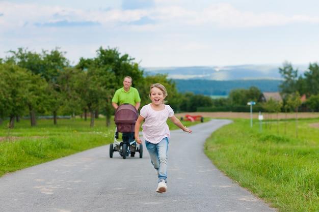 Padre con bambino e passeggino