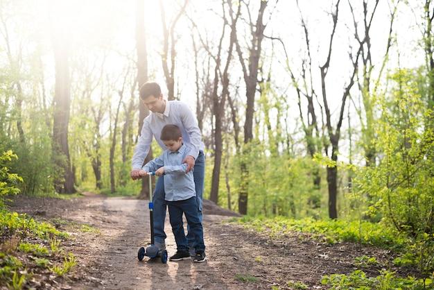 Padre con bambino in natura