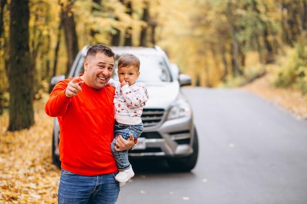 Padre con figlio nel parco d'autunno