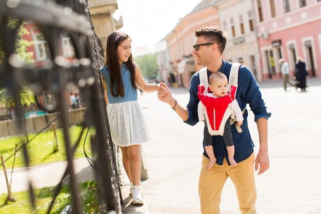 Padre con una figlia e un bambino
