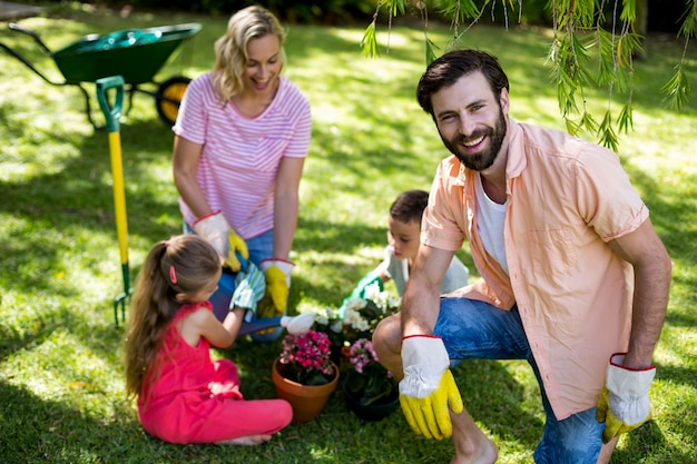 Padre contro la famiglia durante il giardinaggio