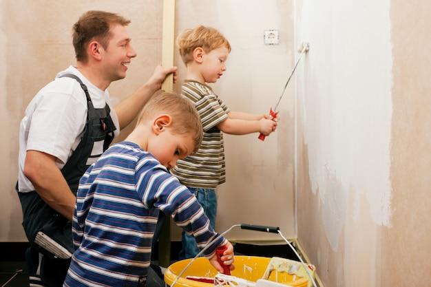 Padre dipinto muro con i bambini