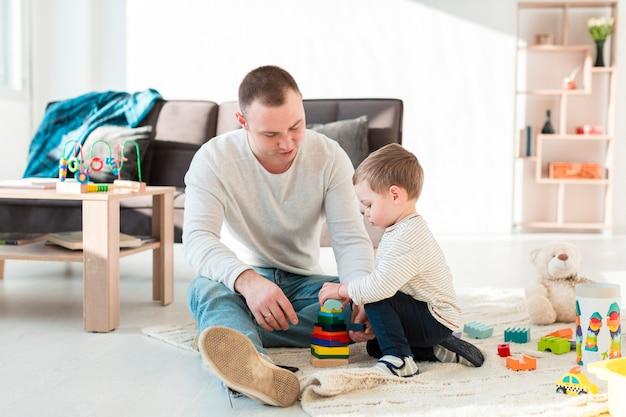 Padre e bambino che giocano una casa