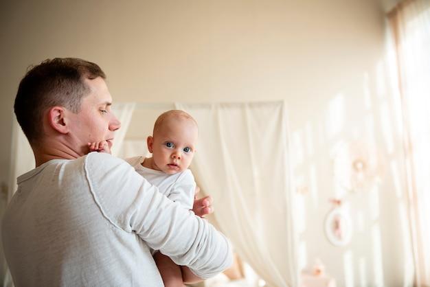 Padre e bambino tiro medio