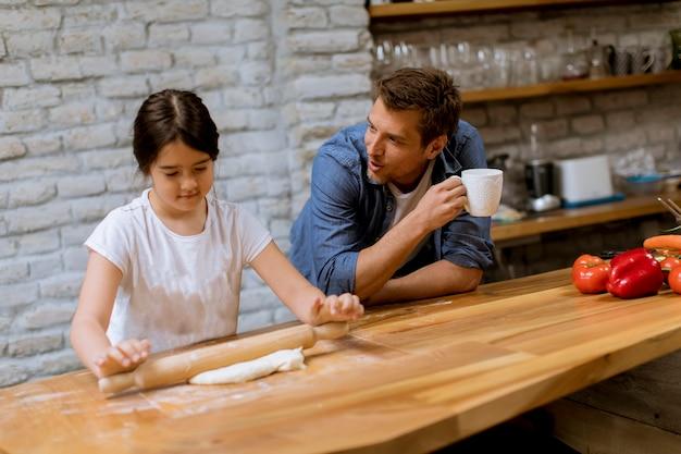 Padre e figlia che fanno il pane in cucina