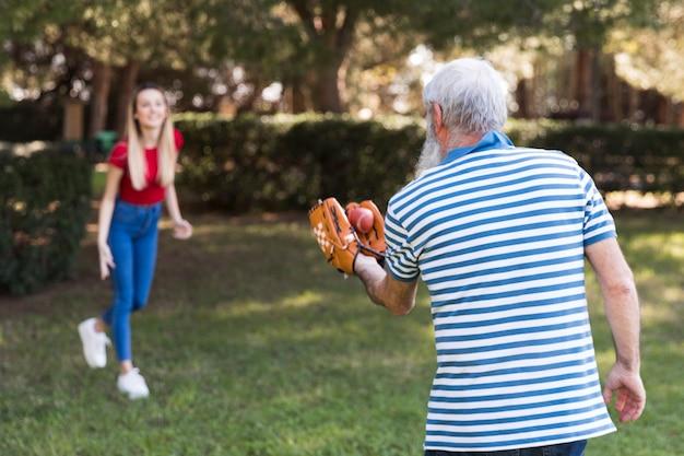 Padre e figlia che giocano a baseball