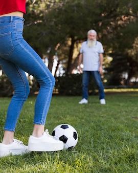 Padre e figlia che giocano a calcio