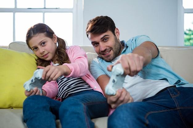 Padre e figlia che giocano a videogioco
