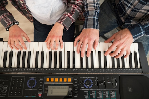 Padre e figlia che giocano al pianoforte