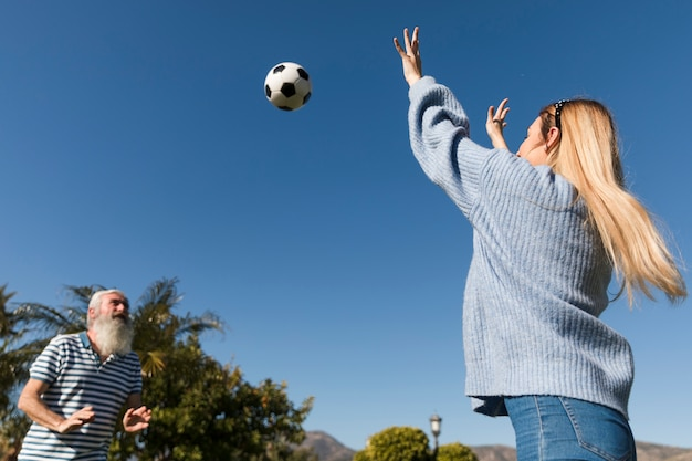 Padre e figlia che giocano con la palla