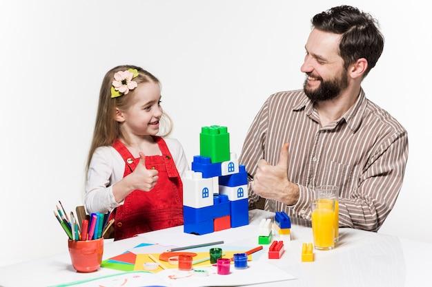 Padre e figlia che giocano insieme a giochi educativi