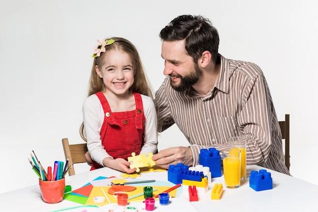 Padre e figlia che giocano insieme giochi educativi