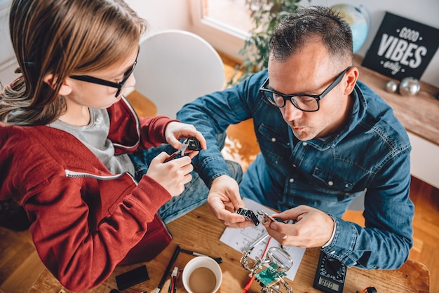 Padre e figlia che lavorano insieme in officina