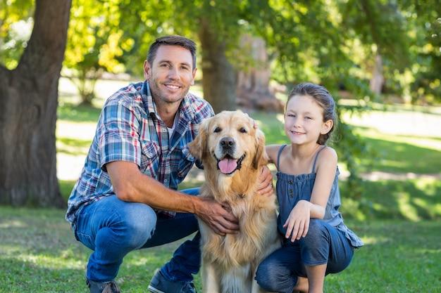 Padre e figlia con il loro cane nel parco