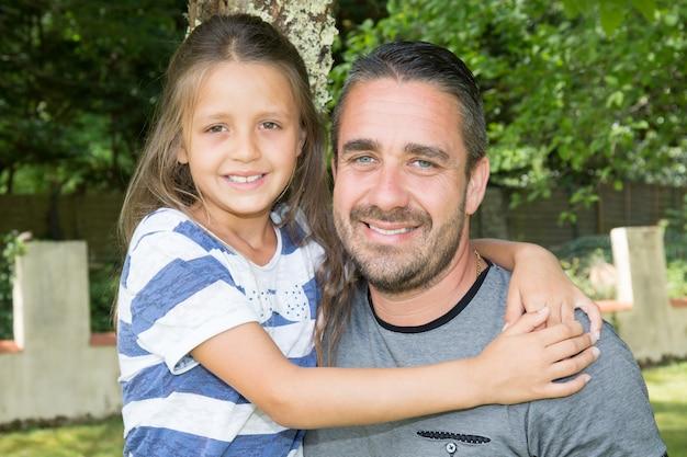 Padre e figlia in casa estiva in estate e amore