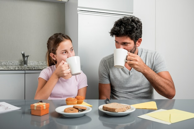 Padre e figlia in cucina il giorno di padri