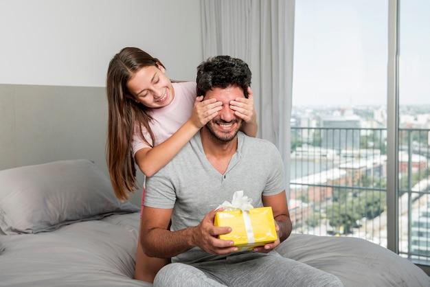 Padre e figlia insieme il giorno di padri