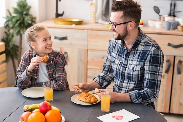Padre e figlia insieme sul tavolo della colazione