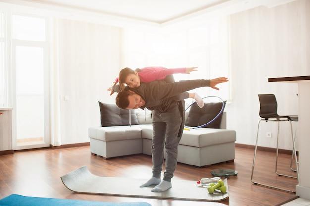 Padre e figlia si allenano a casa. fai sport a casa.
