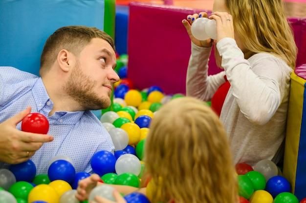 Padre e figlie divertirsi