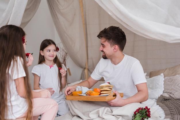 Padre e figlie facendo colazione il giorno di padri