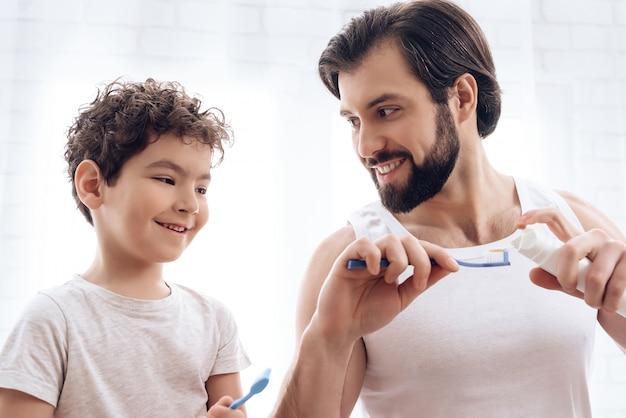 Padre e figlio adulti si lavano insieme.