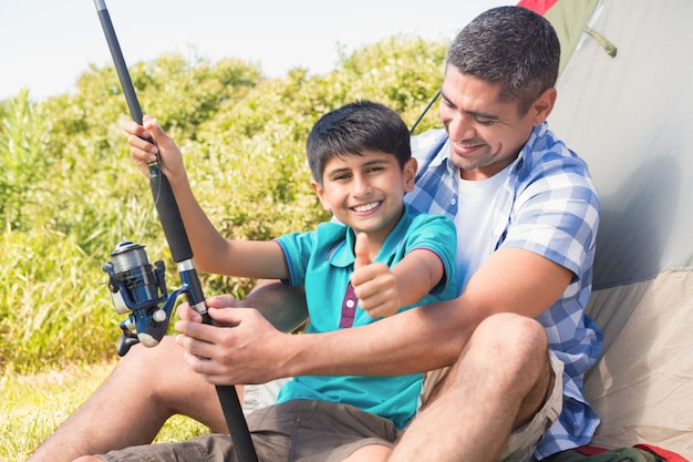 Padre e figlio al lato della tenda